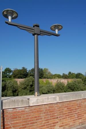 Via grimoaldo re tornano i lampioni disegnati da piccinato for Architetto italiano famoso